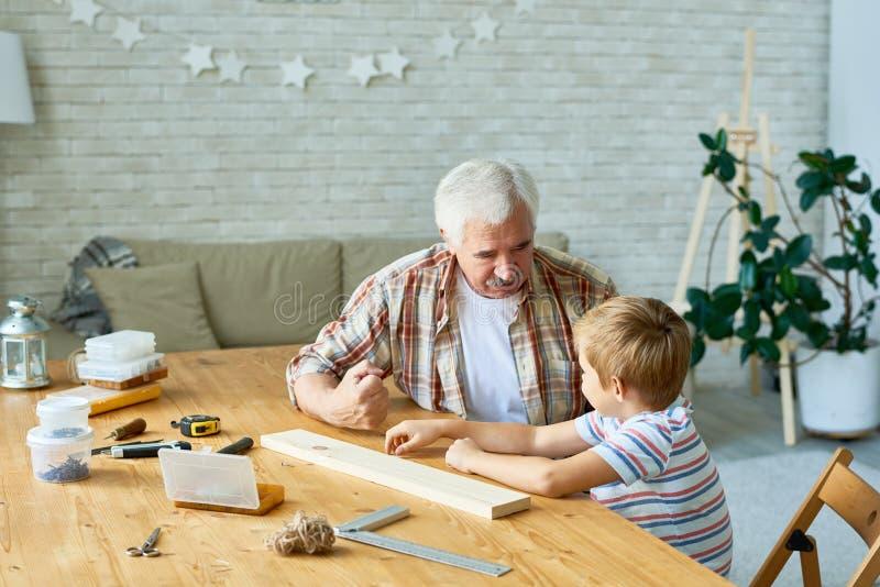 Tiempo de gasto de abuelo cariñoso con el nieto imágenes de archivo libres de regalías