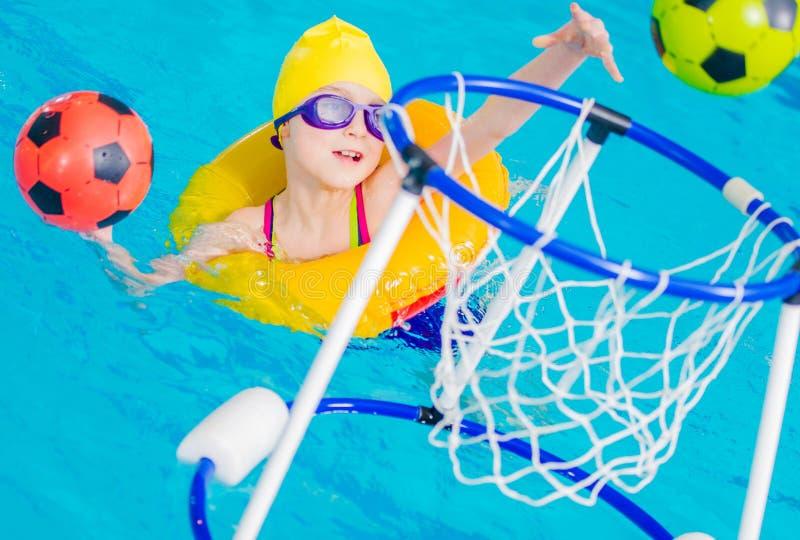 Tiempo de la diversi?n de la piscina fotografía de archivo libre de regalías