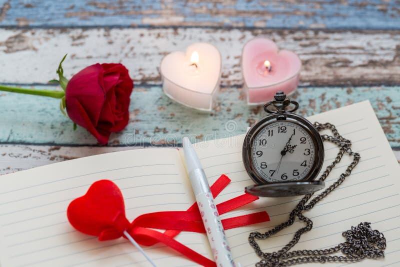 Tiempo de la escritura para el amor: rosa del rojo, diario, pluma, y reloj de bolsillo imagen de archivo libre de regalías
