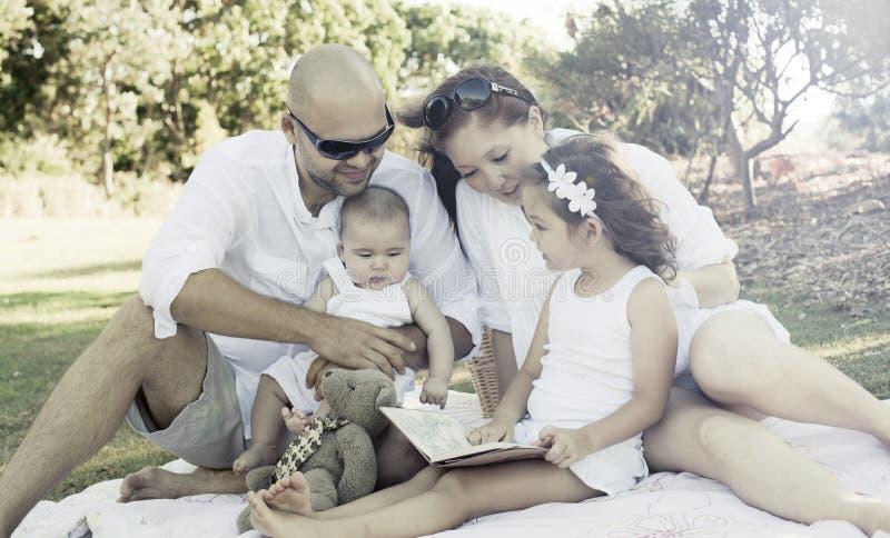Tiempo de la familia de la calidad imagenes de archivo