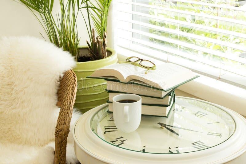 Tiempo de la lectura con los vidrios fotografía de archivo libre de regalías