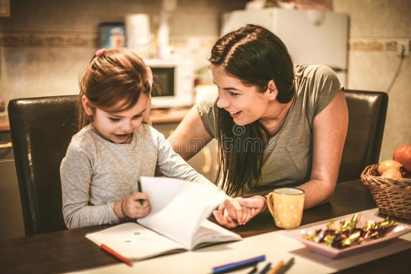 Tiempo de la madre y de las hijas Cierre para arriba imágenes de archivo libres de regalías