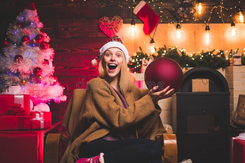 Tiempo de la Navidad Atm?sfera casera de la Navidad Retrato sorprendido de risa divertido de la mujer Feliz Navidad y Feliz A?o N fotos de archivo libres de regalías