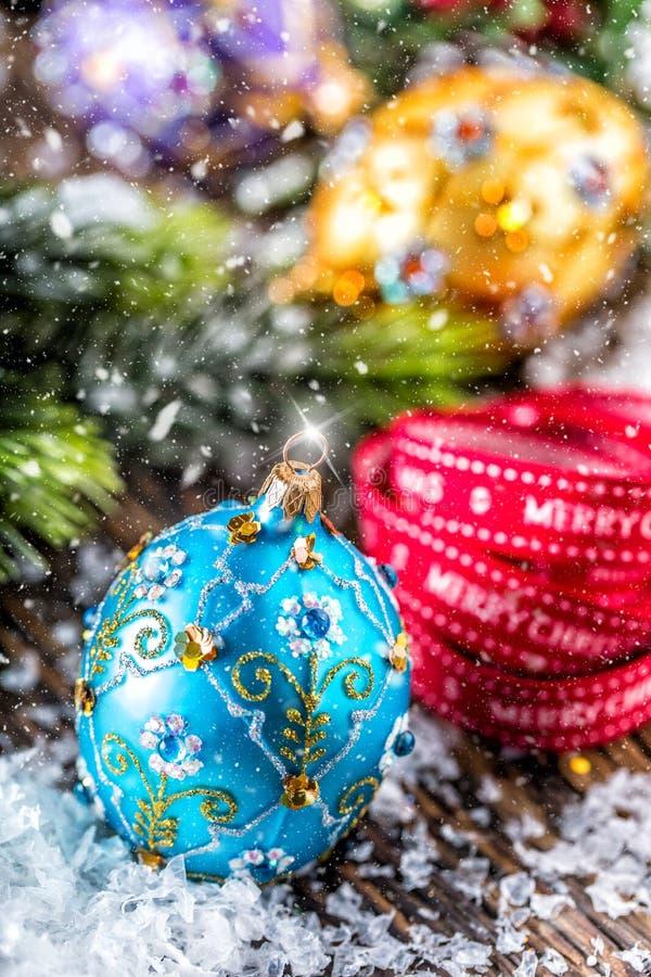 Tiempo de la Navidad Bola y decoración azules púrpuras de oro de lujo de la Navidad Cinta roja con feliz Navidad del texto imagen de archivo