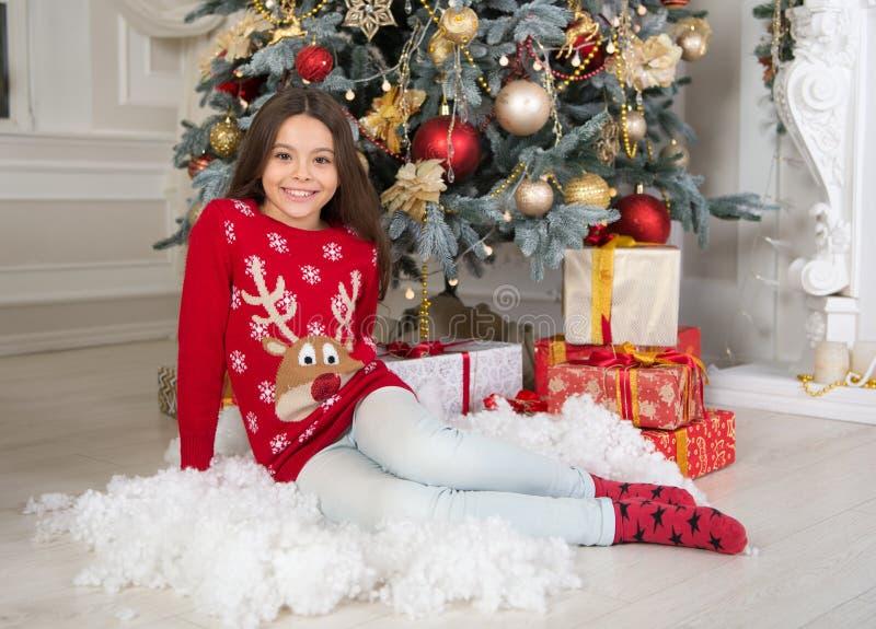 Tiempo de la Navidad Familia niña feliz celebrar vacaciones de invierno La mañana antes de Navidad Niñez Feliz Año Nuevo imágenes de archivo libres de regalías