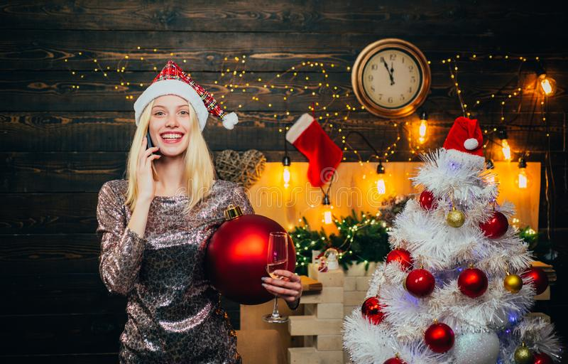 Tiempo de la Navidad Invierno sonriente de la muchacha Interior de madera del hogar de la Navidad Moda de la Navidad Vestidos de  imagenes de archivo