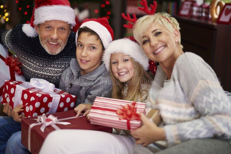 Tiempo de la Navidad para la familia feliz fotografía de archivo