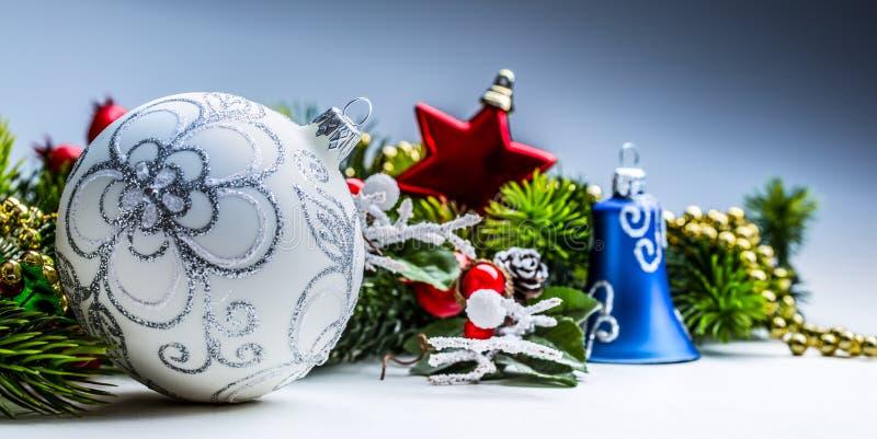 Tiempo de la Navidad Tarjeta de Navidad con el abeto de la bola y decoración en fondo del brillo imagenes de archivo