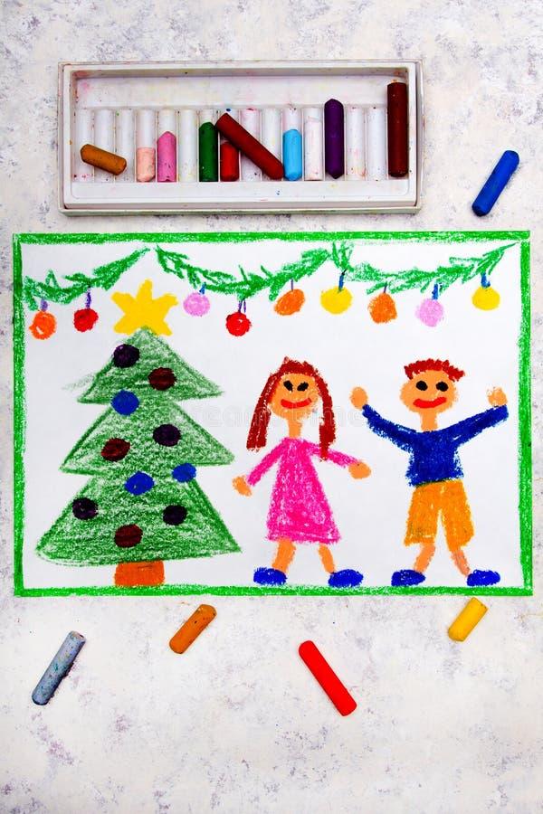 Tiempo de la Navidad, un par sonriente y un árbol de navidad hermoso fotografía de archivo libre de regalías