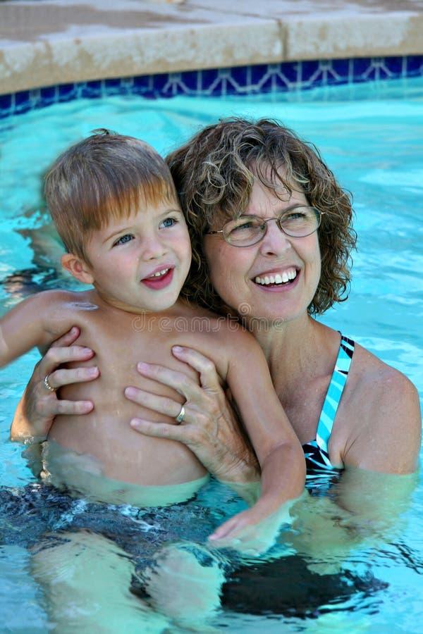 Tiempo de la piscina con la abuela fotos de archivo