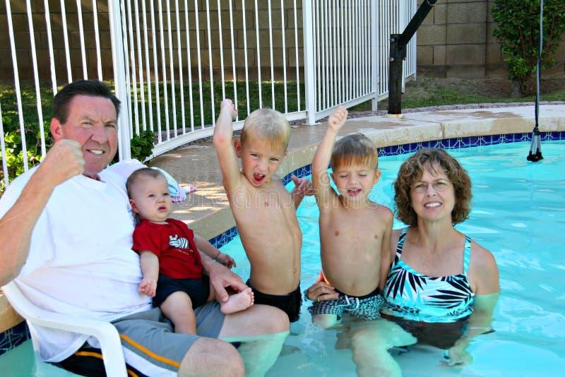 Tiempo de la piscina con los abuelos imagen de archivo libre de regalías