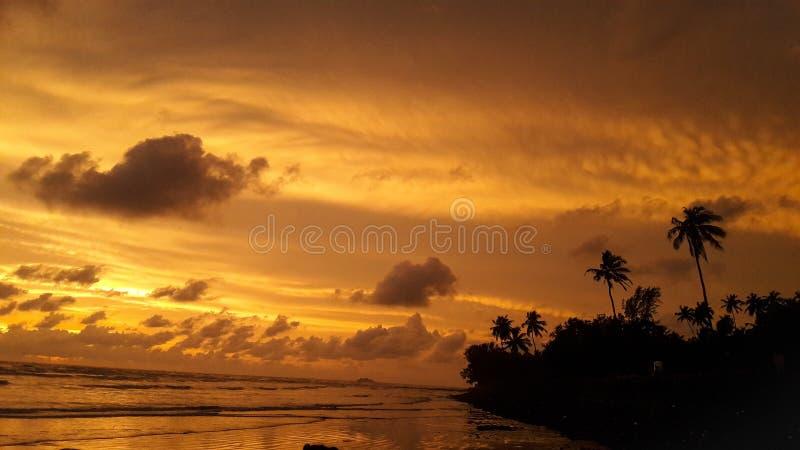 Tiempo de la puesta del sol en la playa fotografía de archivo