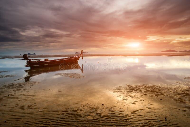 Tiempo de la puesta del sol en la playa con el lanscape crepuscular imagen de archivo