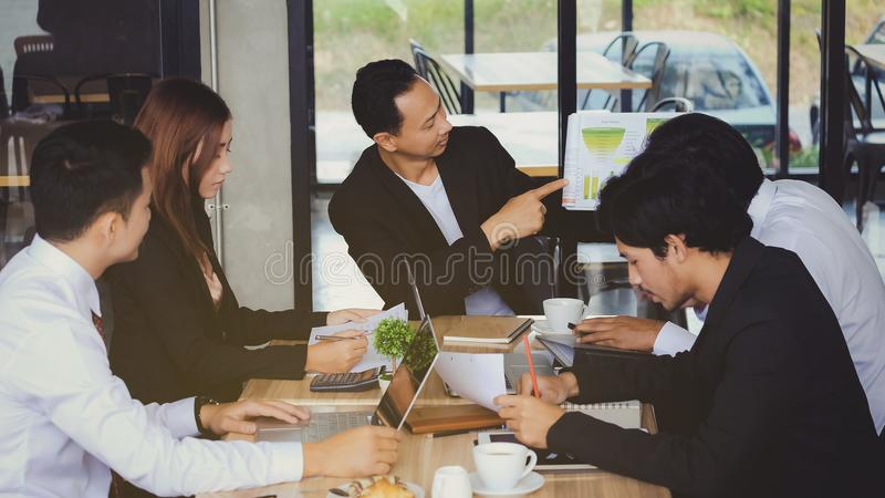 Tiempo de la reunión de negocios de la conferencia del clima Equipo de cónsul del negocio imagenes de archivo