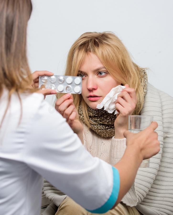 Tiempo de la toma de la droga Atención a los pacientes y atención sanitaria Doctor que visita a la mujer malsana en casa Paciente fotos de archivo