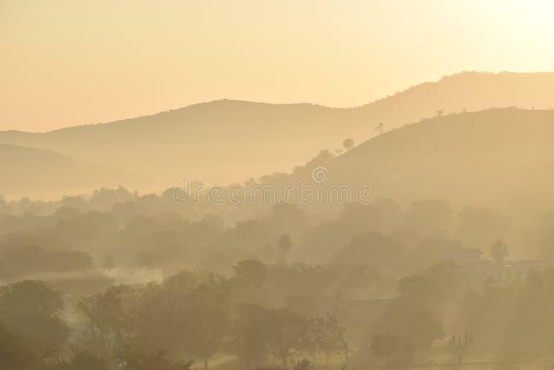 Tiempo de mañana - salidas del sol y ojeada de la montaña imagenes de archivo