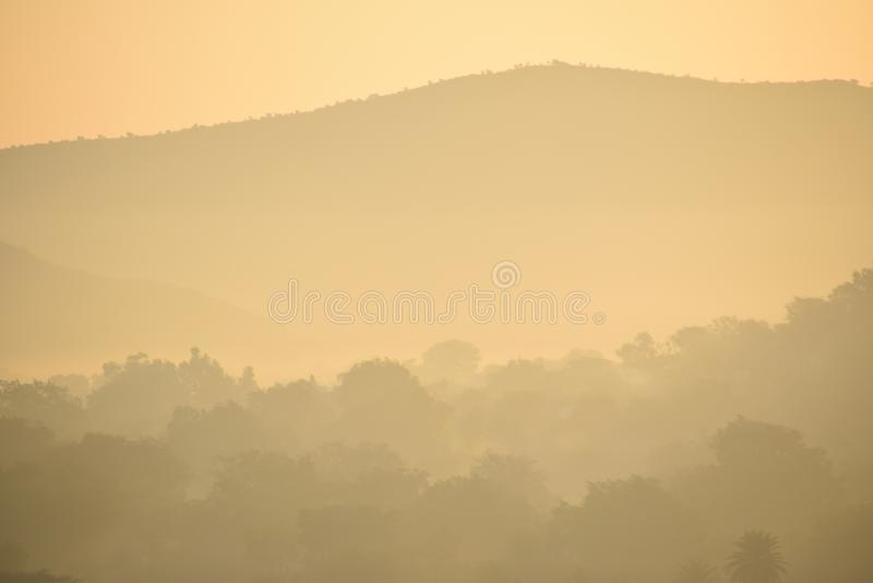 Tiempo de mañana - salidas del sol y ojeada de la montaña imágenes de archivo libres de regalías