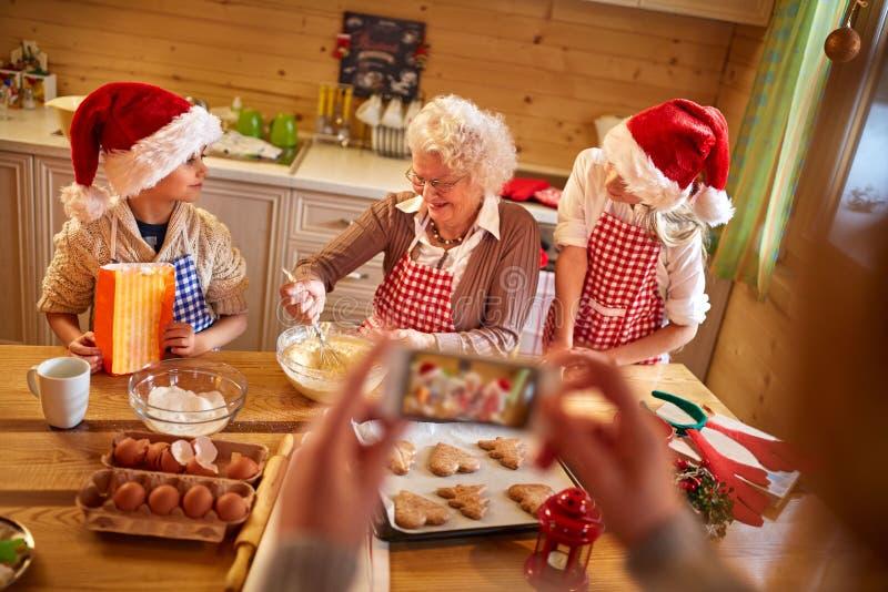 Tiempo de Navidad - familia de fotografía móvil imagen de archivo libre de regalías