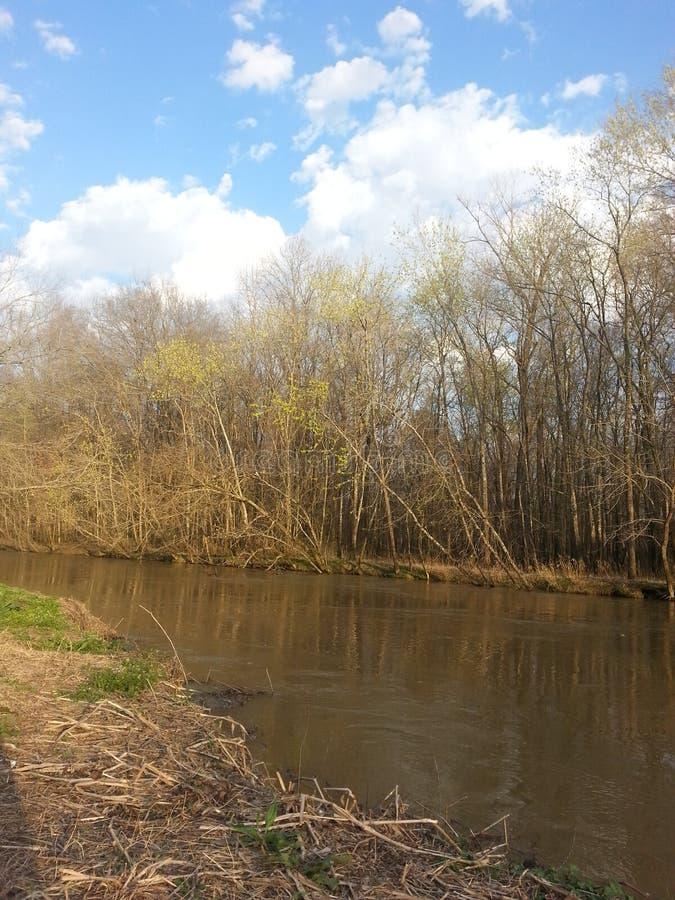 Tiempo de primavera en el río imagen de archivo libre de regalías