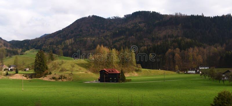 Tiempo de primavera en las montañas cerca de la ciudad de Grunau im Almtal imágenes de archivo libres de regalías