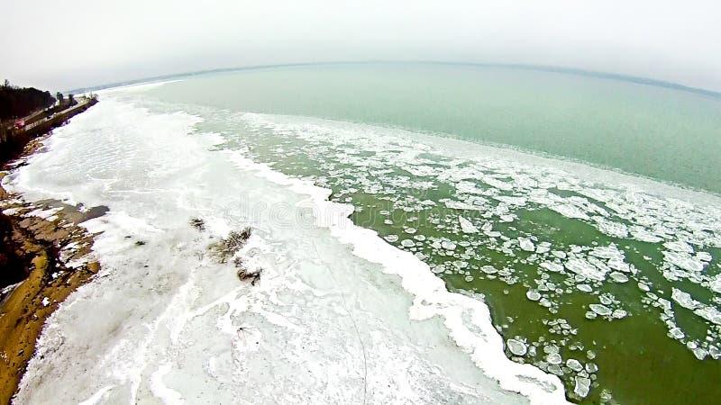 Tiempo de primavera sobre el lago Michigan con la costa costa congelada fotos de archivo libres de regalías