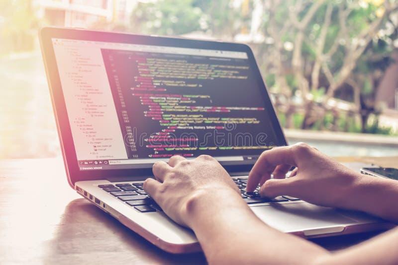Tiempo de trabajo programado Programador Typing New Lines del código del HTML Primer del ordenador portátil y de la mano fotografía de archivo