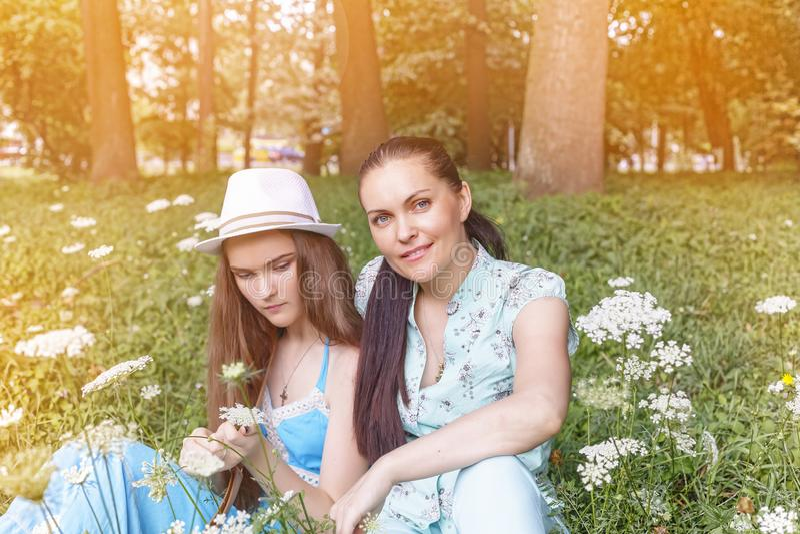 Tiempo de verano, mamá, hija, paseo, familia, adolescente, naturaleza imagen de archivo