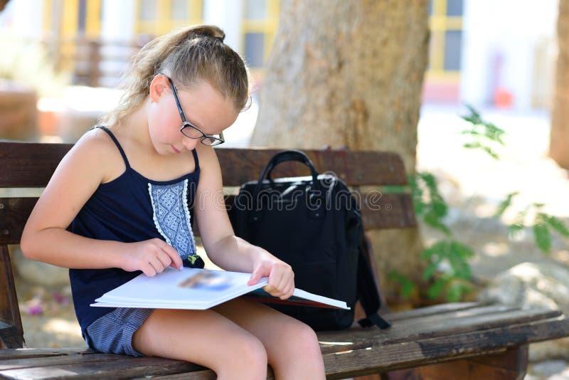 Tiempo de verano que se relaja - libro de lectura de la ni?a al aire libre en d?a caliente imagen de archivo libre de regalías