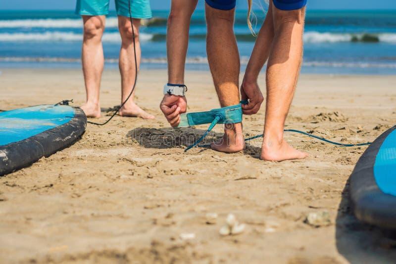 Tiempo de verano y concepto activo del resto El principiante joven del hombre de la persona que practica surf sujeta el correo a  fotografía de archivo libre de regalías