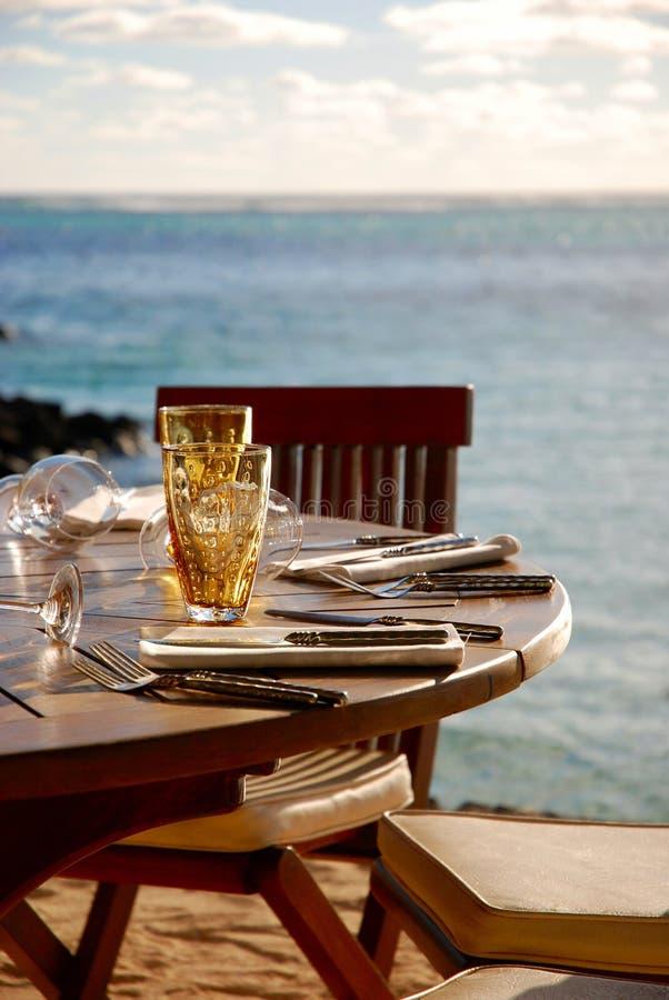 Tiempo del almuerzo en la playa imagen de archivo libre de regalías