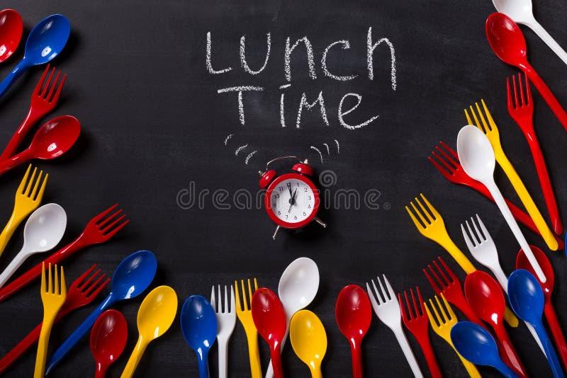 Tiempo del almuerzo escrito en la pizarra con tiza imagen de archivo