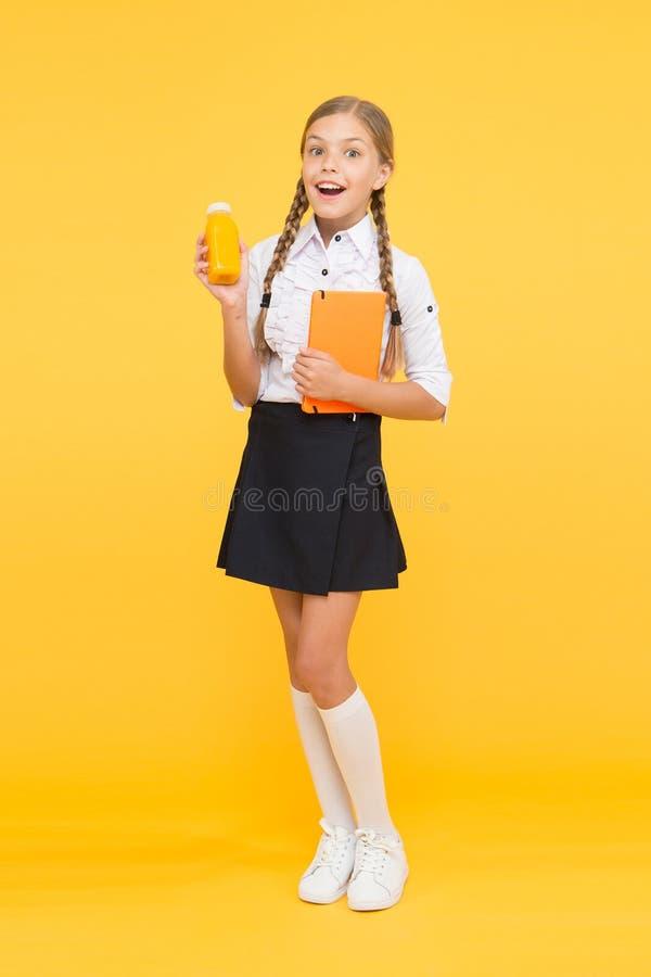 Tiempo del almuerzo pequeño niño de la muchacha con el libro Lectura y escritura estudio feliz de la muchacha difícilmente con el fotos de archivo