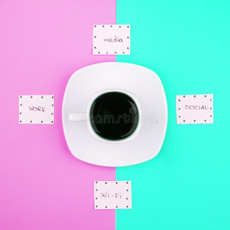 Tiempo del café, desenchufado, concepto del descanso para tomar café Taza de café express y de palabras Wi-Fi, medio, trabajo del fotos de archivo libres de regalías
