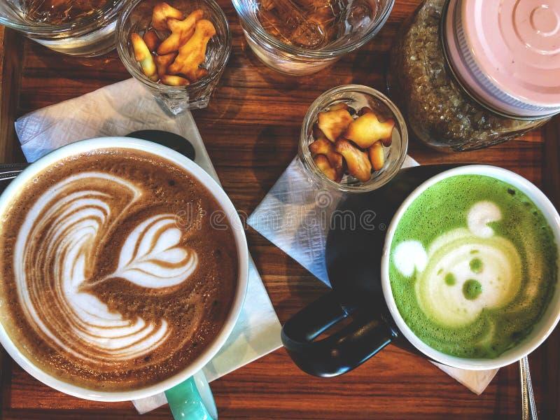 Tiempo del café, taza de café del latte y taza del latte del té verde fotografía de archivo