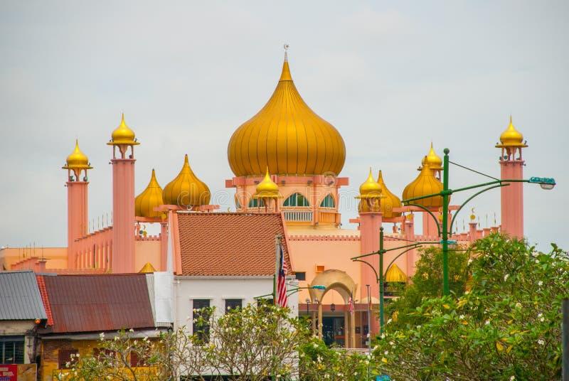 Tiempo del día de Mosqueat de la ciudad de Kuching, Sarawak, Malasia Masjid Bahagian imagen de archivo libre de regalías