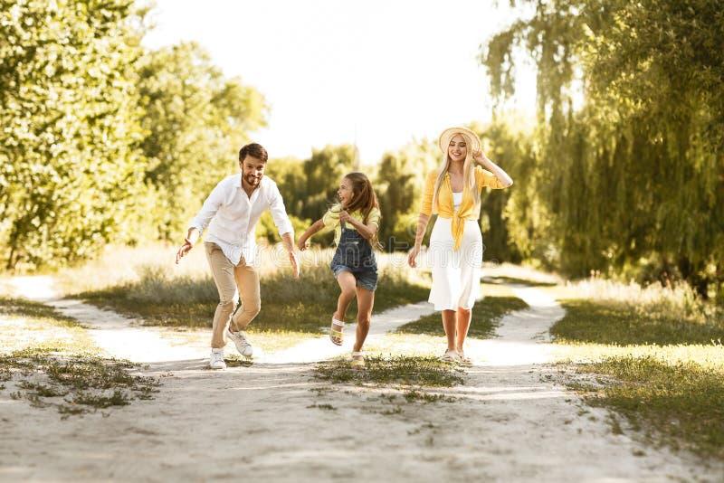 Tiempo del gasto de la familia en campo, divirtiéndose fotografía de archivo