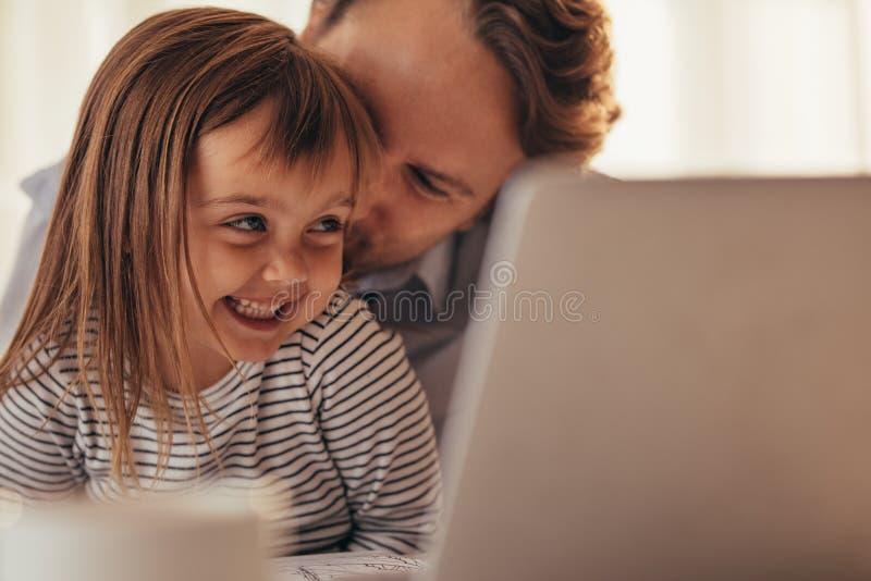 Tiempo del gasto del padre y de la hija junto foto de archivo libre de regalías