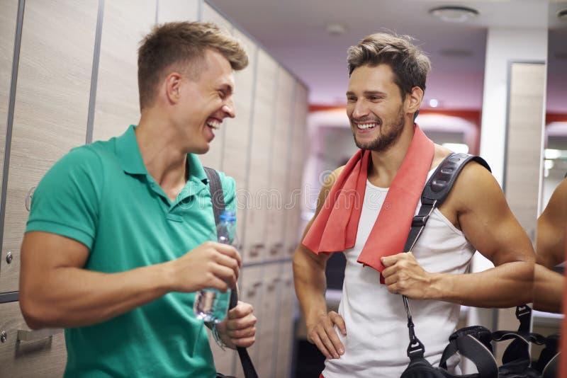 Tiempo del gimnasio con los amigos imagenes de archivo