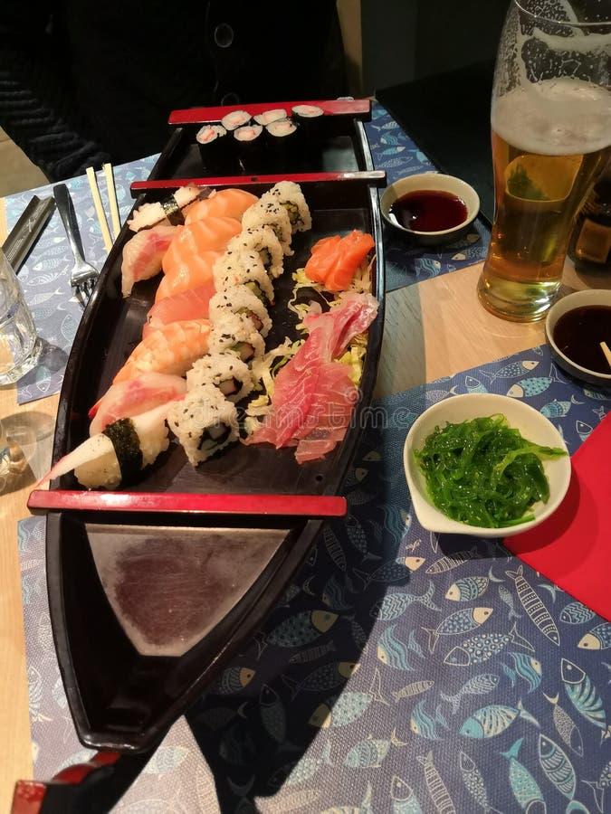 Tiempo del sushi - barco del sushi imágenes de archivo libres de regalías