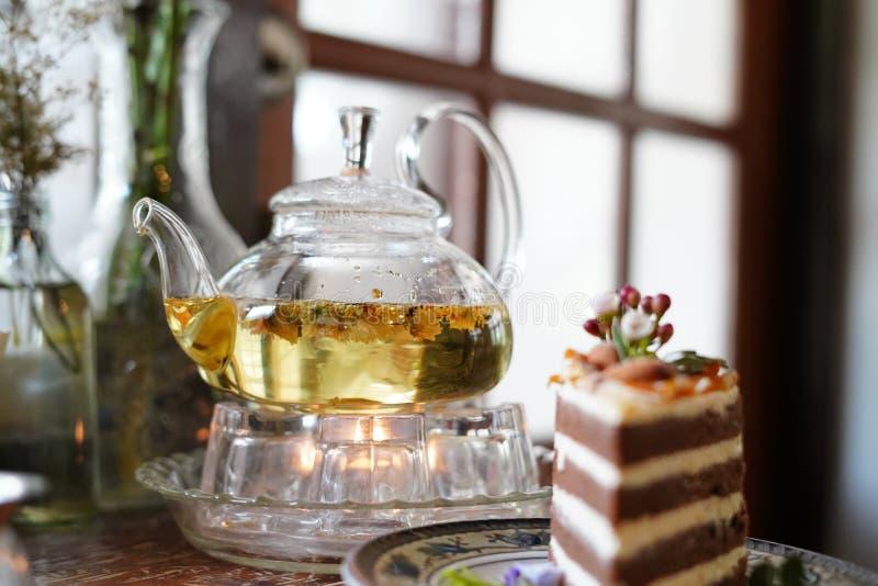 Tiempo del té con el postre en café fotos de archivo