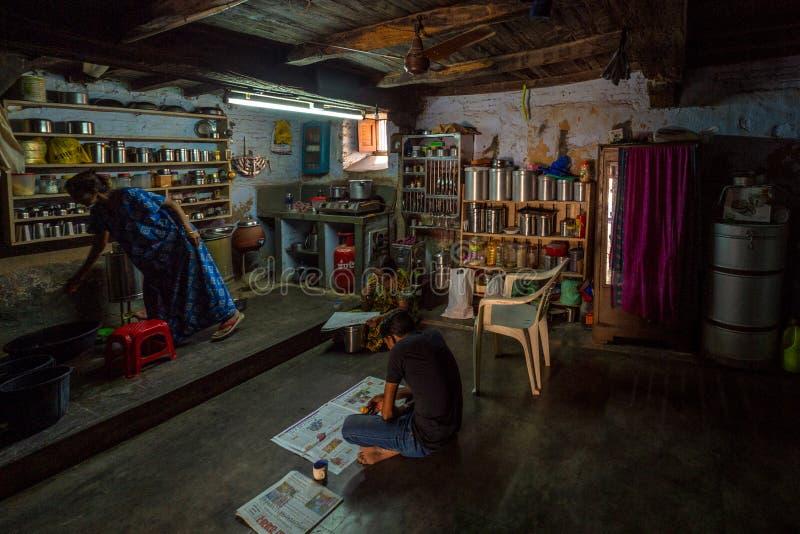Tiempo del té de la mañana en el distrito rústico viejo Sabarkantha Gujarat la India de Idar de la casa fotos de archivo libres de regalías