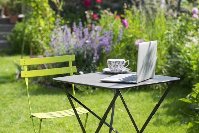 Tiempo del té en un jardín foto de archivo libre de regalías