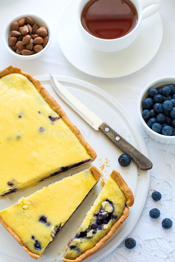 Tiempo del té Pastel de queso hecho en casa del arándano, tazas de té, nueces y baya fotografía de archivo