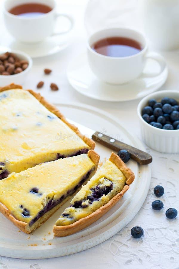 Tiempo del té Pastel de queso hecho en casa del arándano, tazas de té, nueces y baya foto de archivo libre de regalías