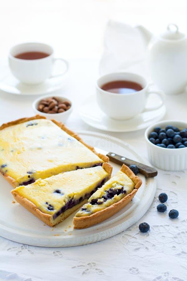 Tiempo del té Pastel de queso hecho en casa del arándano, tazas de té, nueces y baya fotos de archivo libres de regalías