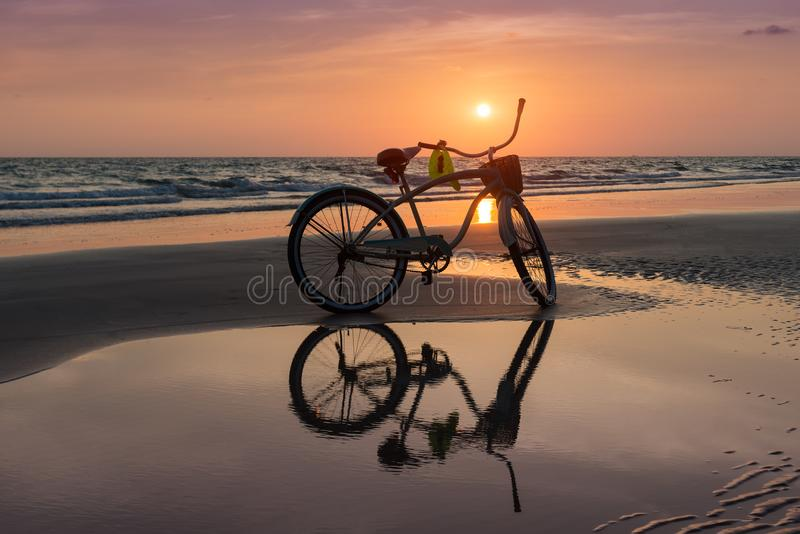 Tiempo determinado de Sun con la bicicleta en la playa fotografía de archivo libre de regalías