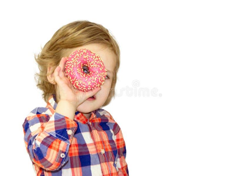 Tiempo divertido con la comida dulce Bebé brillante en una camisa de tela escocesa foto de archivo libre de regalías