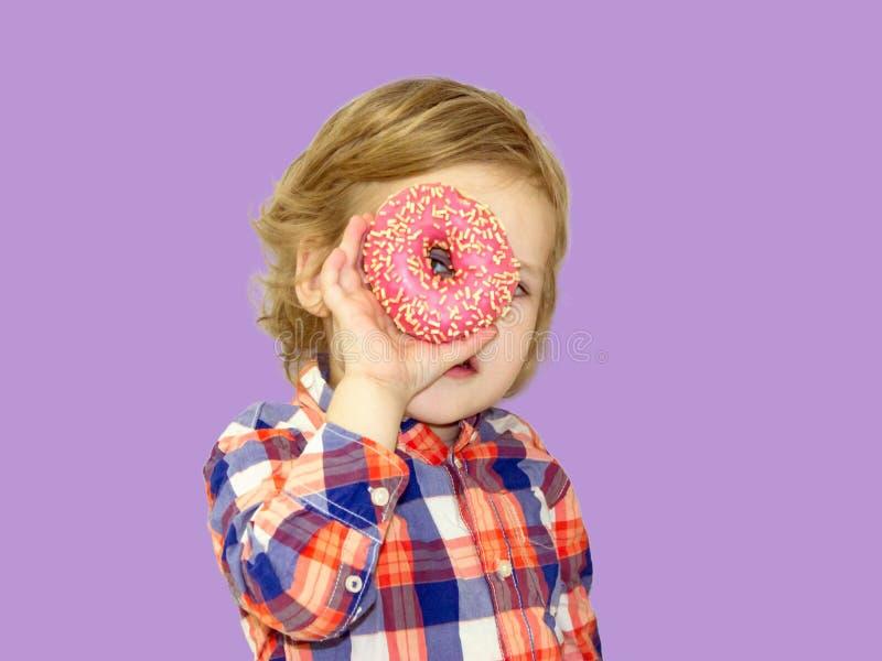 Tiempo divertido con la comida dulce Bebé brillante en una camisa de tela escocesa imágenes de archivo libres de regalías