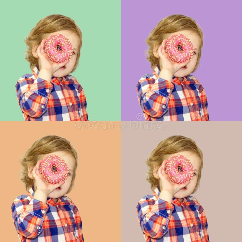 Tiempo divertido con la comida dulce Beb? brillante en una camisa de tela escocesa foto de archivo