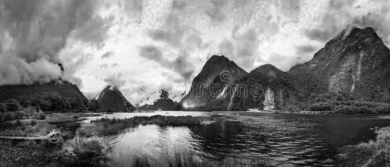 Tiempo dramático en Milford Sound en blanco y negro imagenes de archivo
